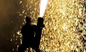 手筒花火を抱える人